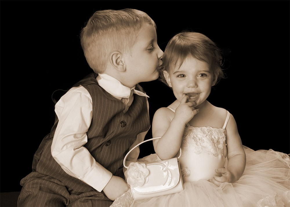 brother_sister_kiss_toddlers